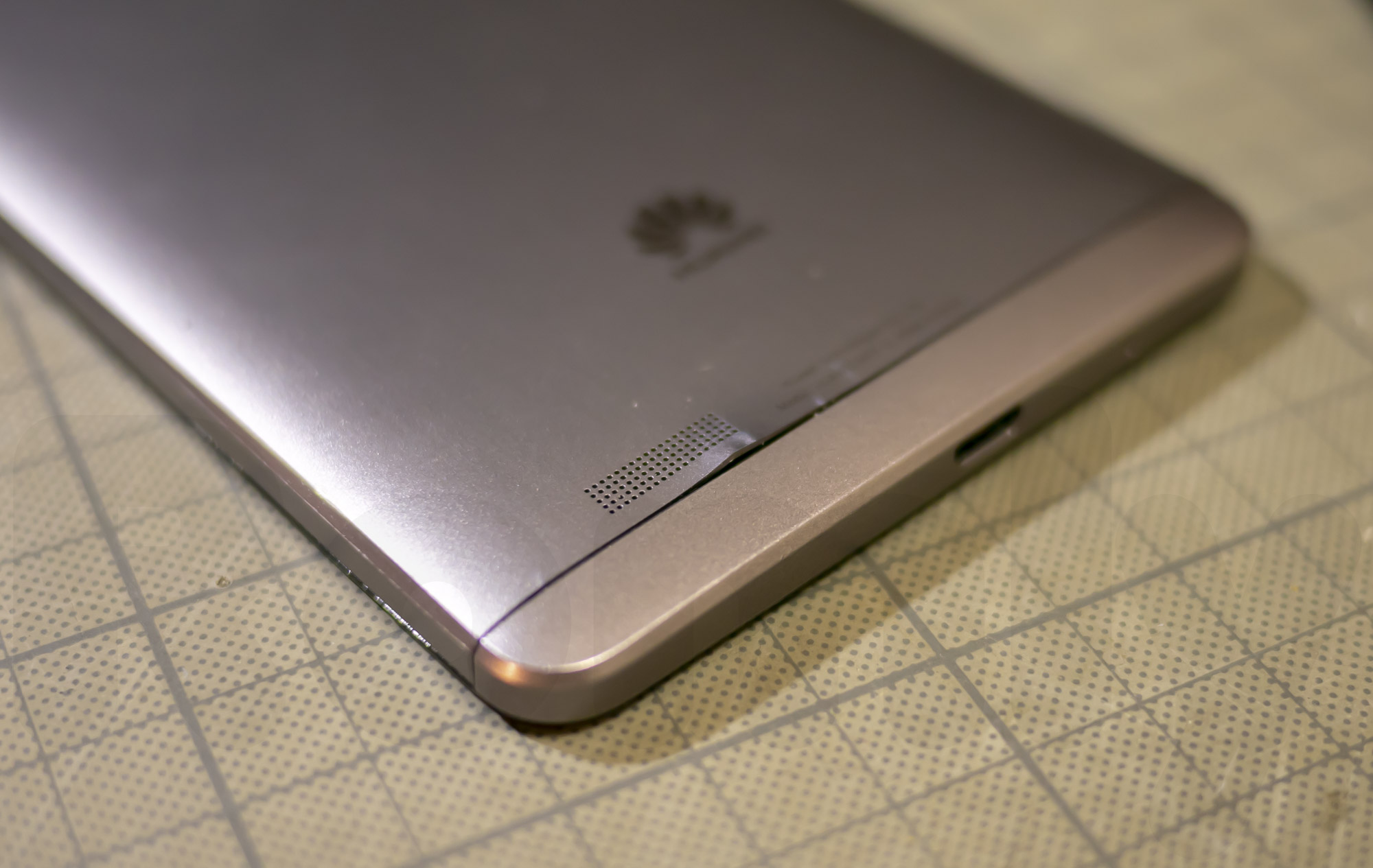 Ascend Mate 7 背面カバー取り外しに伴う歪み 1