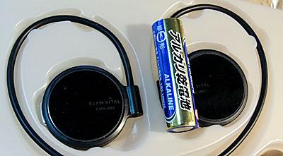 単三乾電池と大きさ比べ。オープンエアーっぽい形だけどインナーイヤーなので、一般的なインナーイヤーよりも小さいです。