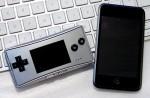 iPod touchと比較。うまく撮れなかったけど、iPod touchよりも一回り小さいです。