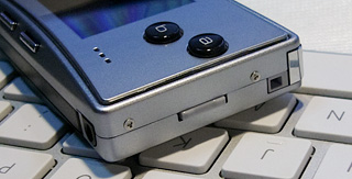 音量はボタン式で右側にあります。ネジが側面に5つあり、さすがにiPhoneのような綺麗な造形とはいかないようです。