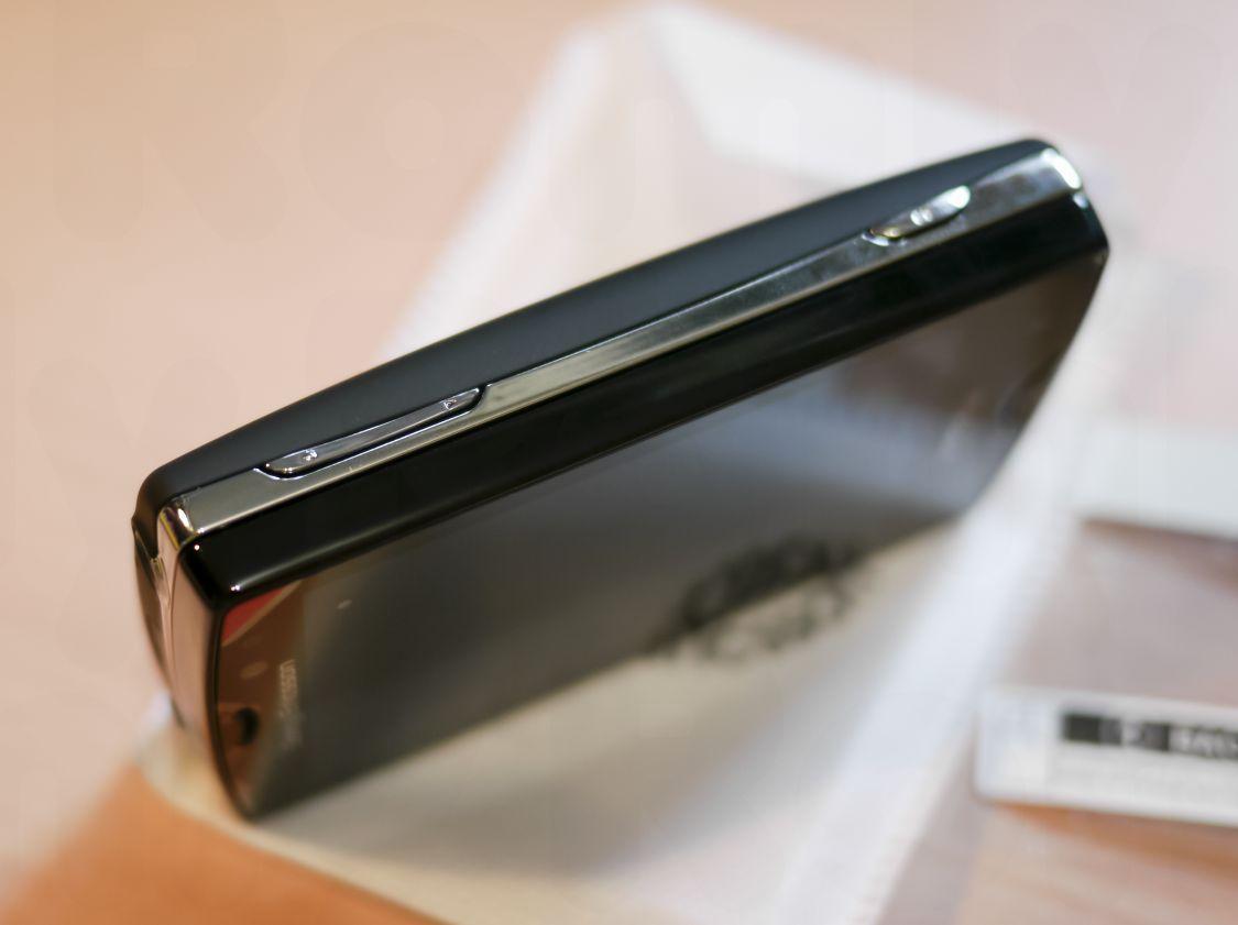 Xperia Mini Pro 右側面